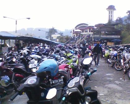 Parkiran Masjid Atta' Awun Puncak Pass Bogor